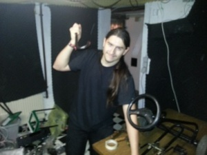 Ich (mit Hammer) beim Zerlegen des Kettcars
