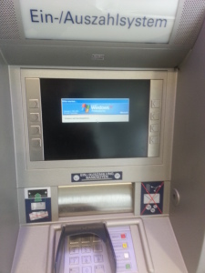 Bankautomaten der Sparkasse basieren anscheinend auf Windows XP ;)