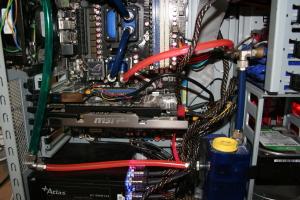 GTX 560, Blick auf Northbridge und CPU mit WaKü außerdem kann man gut den blauen Ausgleichsbehälter erkennen