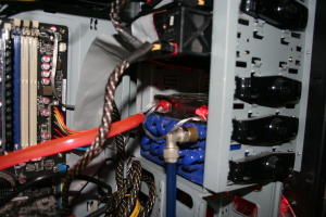 kleiner Radiator mit 12 V Lüfter (Reicht für Office usw. Aus, beim zocken hilft der Große radiator an der Decke