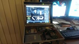 Die Komponenten wurden zum test in das Gehäude gelegt. Das Bild auf dem monitor stammt von meinem normalen PC, nicht vom Schlepptop ;)