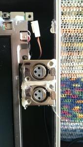 Neben dem Monitor befinden sich 2 Stereo (Balanced Mono) XLR Buchsen. Eine Audio In und eine Out