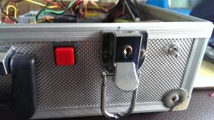 Links ist der an Taster, rechts der Schalter für den monitor