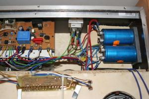 2 riesige Netzkondensatoren, darunter liegt der Trafo