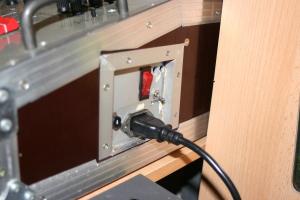 Netztanschluss (4A Sicherungsautomat, kleiner Kippschalter für Endstufe, großer für Mischer)