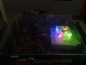 Oben drauf sitzt eine Plexiglas mit beleuchtetem Lüfter.