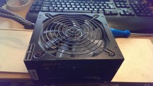 Mein altes 580W Netzteil sollte es tun. Vorteil: Es besaß Kabelmanagement, also Stecker und Buchsen zum zweckentfremden