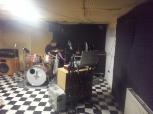 Lukas beim Schlagzeugern, vorne: Aufnahme setting, Powermac G3 mein Macbook Pro 17 und mein Kondensatormic