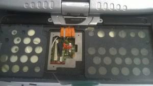 Was ich beim Ausbau nicht wusste: Unter der Tastatur ist eine Wartungsklappe, um Displaykabel und Tastatur vom Motherboard zu trennen
